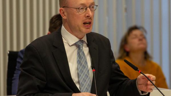 Christian Pegel (SPD), MdL, Minister für Energie, Infrastruktur und Digitalisierung des Landes Mecklenburg-Vorpommern am Redepult im Landtag Mecklenburg-Vorpommern